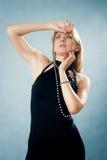 Angespornte schöne Frau im eleganten Kleid Stockfotografie