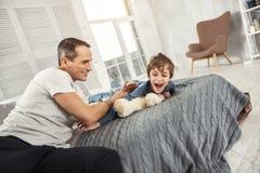 Angespornter Vater und Sohn, die Spaß hat Lizenzfreies Stockbild