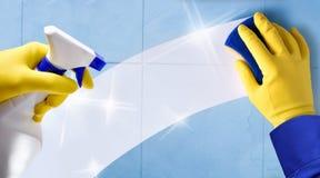 Angestelltberufsreinigung mit Handschuhen und Reinigungsapparat Lizenzfreies Stockfoto
