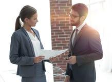 Angestellte besprechen wichtige Dokumente stockbild