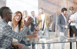 Angestellte der Firma halten eine Anweisung im Büro lizenzfreie stockfotos