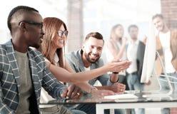 Angestellte der Firma halten eine Anweisung im Büro stockfoto