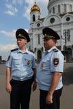 Angestellte der Patrouillenpolizeisteuerung das Gebiet in der Kathedrale von Christus der Retter Lizenzfreie Stockfotografie