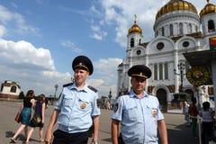 Angestellte der Patrouillenpolizeisteuerung das Gebiet in der Kathedrale von Christus der Retter Stockfotografie