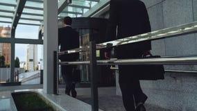 Angestellte, die kommen, früh am Morgen, Geschäftsleute, Gebäudekarriere zu arbeiten lizenzfreie stockfotos