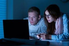 Angestellte, die Laptop bei der Arbeit verwenden stockfotografie