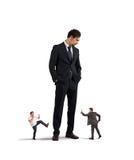 Angestellte, die sich an ihrem Chef auflehnen möchten Stockbild