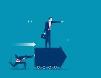 Angestellte drücken nach vorn den Pfeil und Chef, die auf am Pfeil stehen Conc Lizenzfreies Stockfoto