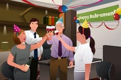 Angestellte im Büro eine glückliche Pensionierungsparty von feiernd Lizenzfreie Stockfotos