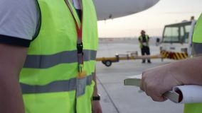 Angestellte im gelben Dickey rütteln Hände Flughafenarbeitskräfte rüttelt Hände Nach der Prüfung Ingenieure rütteln Hände flughaf stock footage