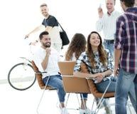 Angestellte von Design Agentur am Arbeitsplatz lizenzfreie stockbilder