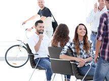 Angestellte von Design Agentur am Arbeitsplatz stockfoto