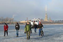 Angestellte von EMERCOM von Russland auf Schiff der Rettung Khivus-20 treiben die Neva-Flusswanderer vom schmelzenden Eis weg Lizenzfreie Stockfotografie