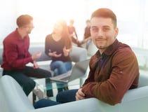 Angestellter auf dem Hintergrund des Geschäftsteams Lizenzfreie Stockfotografie