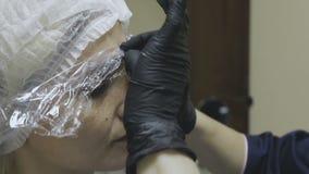 Angestellter Cosmetologyklinik gründete eine schmerzlindernde Creme vor dem Verfahren stock video