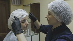 Angestellter Cosmetologyklinik gründete eine schmerzlindernde Creme vor dem Verfahren stock footage