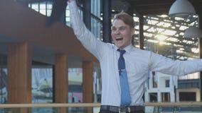 Angestellter, der Erfolg feiert Stockfotos