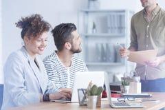 Angestellter, der Ideen teilt stockbilder