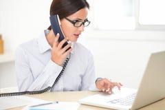 Angestellter der jungen Frau, der Kundendienst tut Stockbild