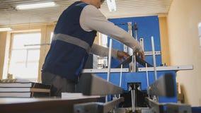 Angestellter einer Druckerei bei der Arbeit Lizenzfreies Stockfoto