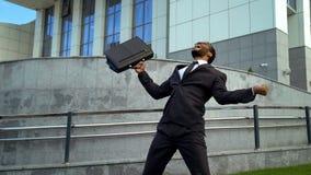 Angestellter extrem glücklich mit der Förderung, schreiend mit Glück, Erfolg stockfotografie