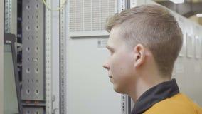 Angestellter führt die Betrieb auf Laptop durch stock video