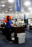 Angestellter kleidete im Kopfkleid des amerikanischen Ureinwohners für Halloween an Speicher BestBuy Electroics in Tulsa Oklahoma lizenzfreies stockbild