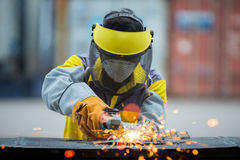 Angestellter reibend Stahl mit Funken Stockfotos