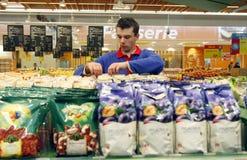 Angestellter am Supermarkt Stockfotografie