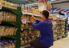 Angestellter am Supermarkt lizenzfreie stockfotos