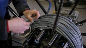 Angestellter verpackt die Kabelbucht Kabelbucht stock video