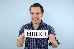 Angestelltes Zeichen des jungen Mannes Holding Stockbild