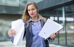 Angestelltfrau mit Ordner von Dokumenten Lizenzfreie Stockbilder