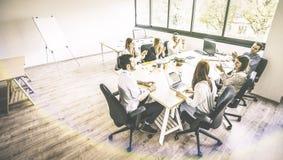 Angestelltmitarbeiter der jungen Leute beim Geschäftstreffen im städtischen Mitarbeiterraum beginnen oben stockfotos
