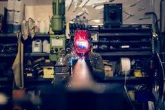 Angestelltschweißensstahl mit Funken unter Verwendung mig-Mag-Schweißers Stockfoto