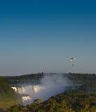 Angetriebener Fallschirm bei Sonnenuntergang über Iguasu fällt, Argentinien Brasilien Lizenzfreie Stockfotografie