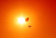Angetriebenes Gleitschirmfliegen über Sonnenuntergang Stockbild