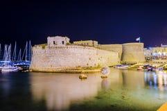 Angevine-Aragoneseschloss in Gallipoli nachts, Apulien, Italien lizenzfreie stockfotos