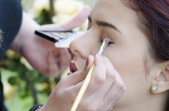 Angewandtes Make-up der Frau außerhalb des Gartens lizenzfreie stockfotos