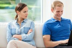 Angewiderte Frau und süchtiger Mann Stockbild