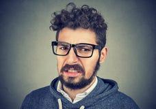 Angewiderter Mann glaubt Widerwillen in Richtung zu etwas lizenzfreie stockfotografie