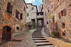 Anghiari, Αρέζο, Τοσκάνη, Ιταλία: παλαιά αλέα στο μεσαιωνικό vill Στοκ φωτογραφία με δικαίωμα ελεύθερης χρήσης