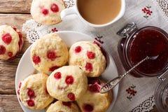 Angielscy sconces ciastka z czerwonymi rodzynkami słuzyć z herbatą a Obraz Stock