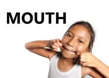 Angielska uczenie ciała, twarzy części szkoły karta z Azjatyckim dzieckiem ciągnie jej usta figlarnie robi śmieszną twarz i obrazy royalty free