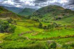 Angielska wsi scena Jeziorny okręg z doliną, góry i zieleń odpowiada w HDR Obrazy Royalty Free