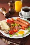 Angielski śniadanie z smażyć jajecznych kiełbas pomidorów bekonowymi fasolami Zdjęcie Royalty Free