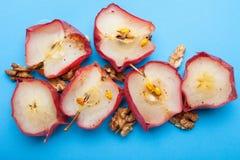 Angielski żywienioniowy śniadanie robić od organicznie piec jabłek z dokrętkami na błękitnym tle zdjęcie stock