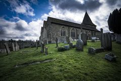 Angielski kościół i cmentarz w dramatycznym świetle Zdjęcie Stock