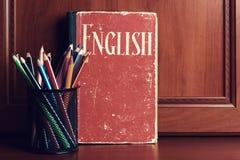 Angielski słownik z ołówkami na drewnianym stole zdjęcia stock