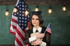 Angielski studiowanie mówi Studenci collegu w bibliotece przeciw złożonemu wizerunkowi usa flaga państowowa Uczeń z usa flaga Obraz Royalty Free
